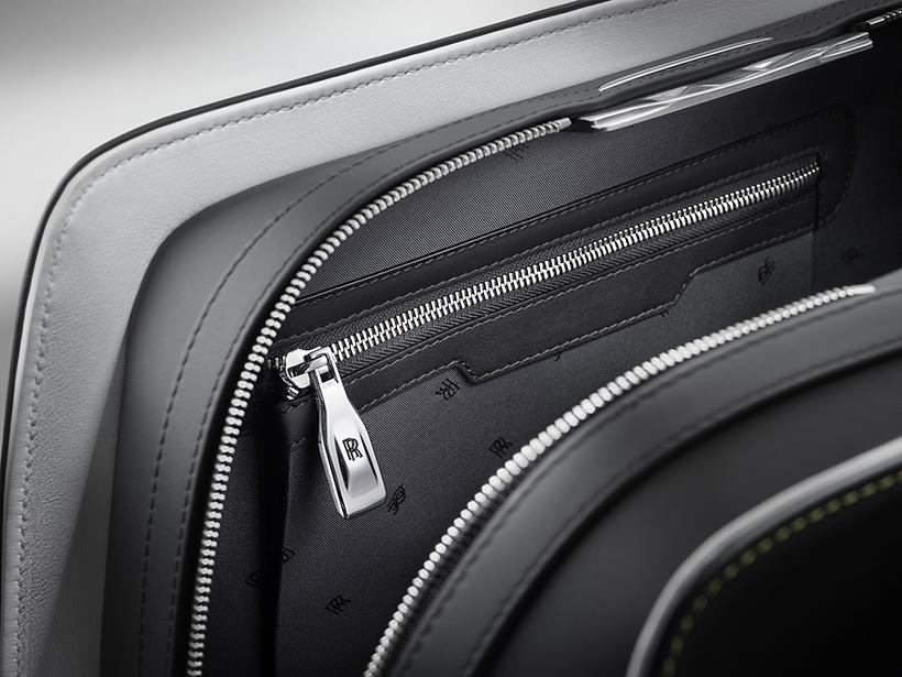 魅影旅行系列的细节至臻完美,其旅行箱的轮子上装饰了双R标志,并在滚动过程中始终保持向上。别具匠心的轮子经过特别的设计,为旅行箱提供了极高的稳定性,可以轻松的从地面放入到魅影的后备箱中,并顺畅地滑进大小刚好的行李位。