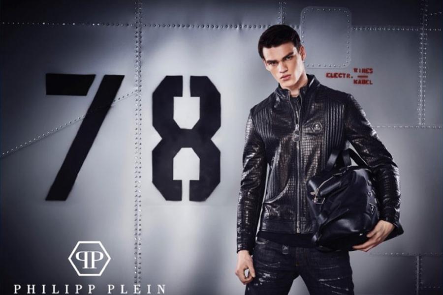 Philipp Plein携手男模Filip Hrivnak推出了2016早秋男装。服装的灵感来自摩托骑手,硬朗的运动风,真皮的质感与光泽感,牛仔的狂放不羁,完美地结合在一起。时尚的菱格纹,打造出时尚独特的运动者。