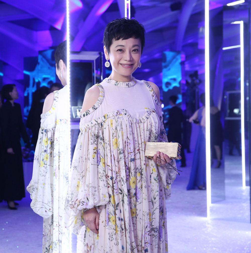 张艾嘉在珠宝陈列区欣赏珠宝,展现优雅风采