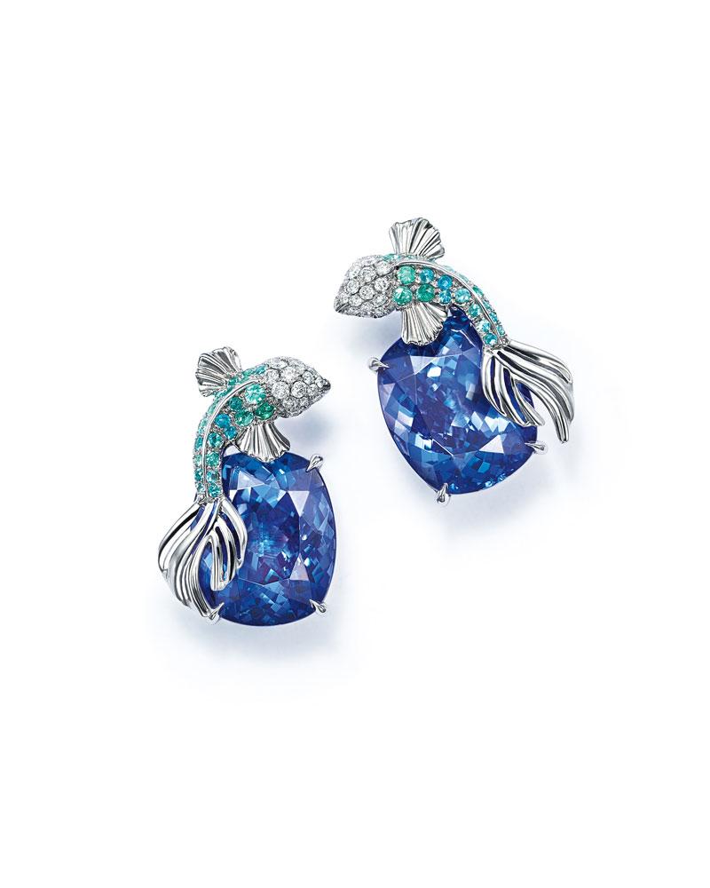 """""""鱼跃浪涌""""耳坠,捕捉并还原了鱼儿跃出海面的瞬间。由铂金镶嵌坦桑石、蓝色碧玺及钻石"""