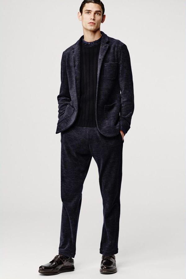 Giorgio Armani推出了2016秋冬男装型录,黑白的配色,呈现出经典的设计,象征着永恒的时尚理念。阔腿裤的设计,慵懒而复古,西装夹克选择了天鹅绒等更柔软的面料,突显出雍容亦慵懒的姿态。