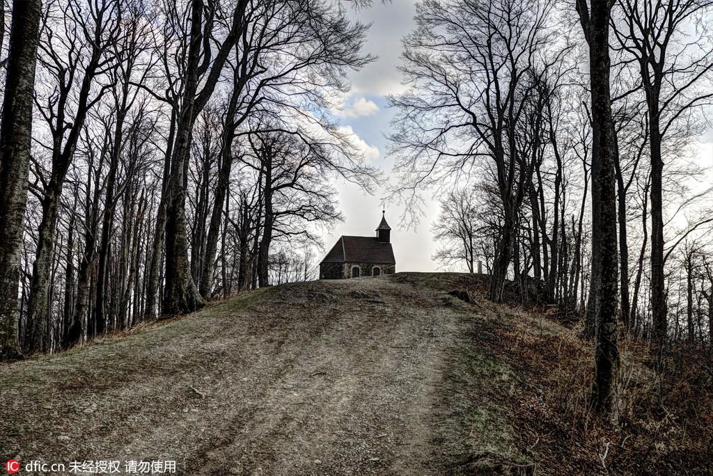 图为克罗地亚麦得温尼采山上的圣雅各伯礼拜堂。克罗地亚摄影师Oleg Mastruko走访了包括科索沃、马来西亚、阿塞拜疆等全球各地的废弃寺院,将这些曾经用于供奉神明的精美宗教建筑重新展现在世人眼前。