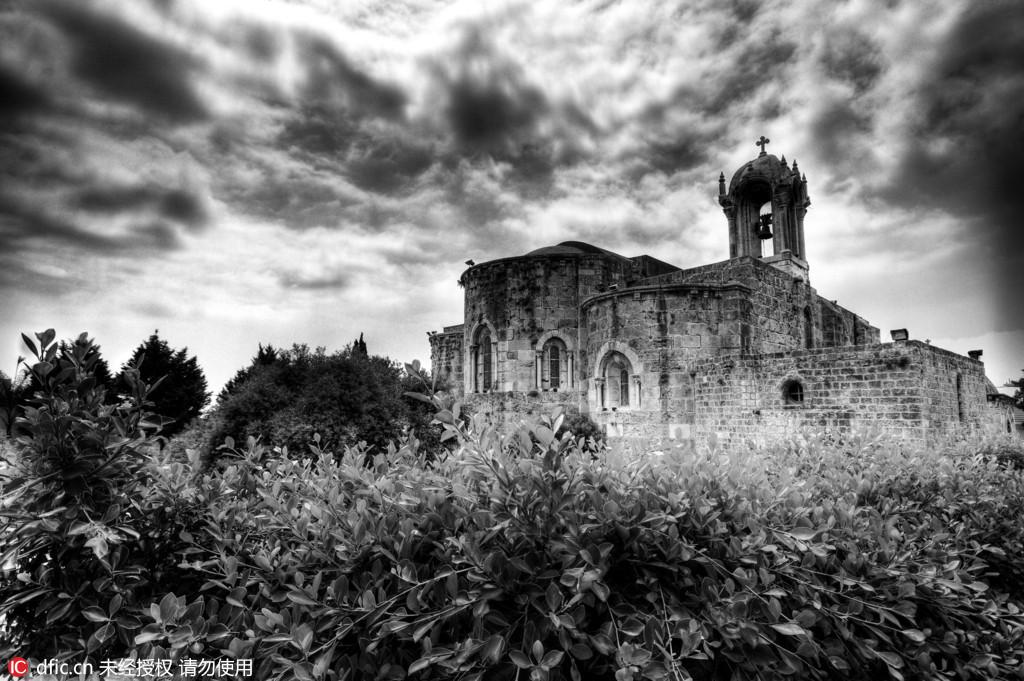 图为黎巴嫩朱拜勒的施洗者圣约翰教堂。该教堂由十字军于12世纪建成。当时克罗地亚摄影师Oleg Mastruko走访了包括科索沃、马来西亚、阿塞拜疆等全球各地的废弃寺院,将这些曾经用于供奉神明的精美宗教建筑重新展现在世人眼前。