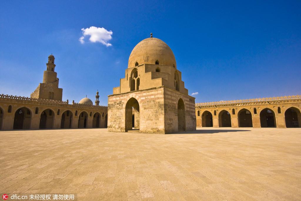 图为埃及开罗的伊本·图伦清真寺克。罗地亚摄影师Oleg Mastruko走访了包括科索沃、马来西亚、阿塞拜疆等全球各地的废弃寺院,将这些曾经用于供奉神明的精美宗教建筑重新展现在世人眼前。