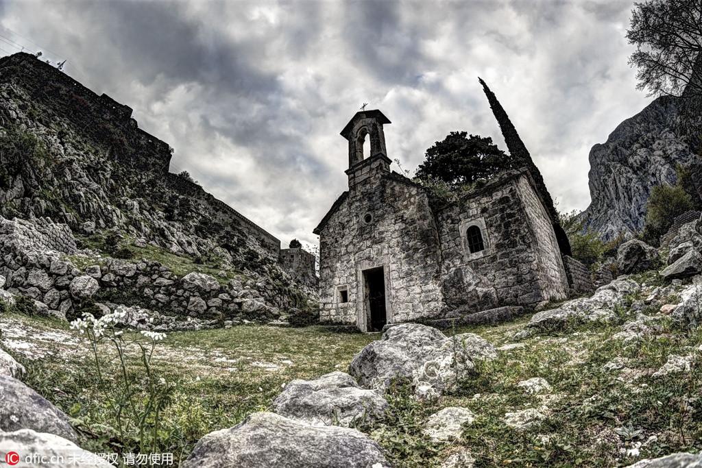 图为黑山科托尔附近的一个小教堂。克罗地亚摄影师Oleg Mastruko走访了包括科索沃、马来西亚、阿塞拜疆等全球各地的废弃寺院,将这些曾经用于供奉神明的精美宗教建筑重新展现在世人眼前。