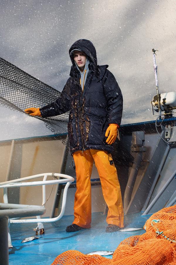 Moncler推出了新副线品牌Moncler O的2016秋冬男装型录。受到渔夫的启发,设计出航海风格的服装。宽大的夹克衫与羊毛衫,打造了休闲又低调的形象。逼真地还原了渔船作业的场景,散发着生活气息,又兼具时尚感。