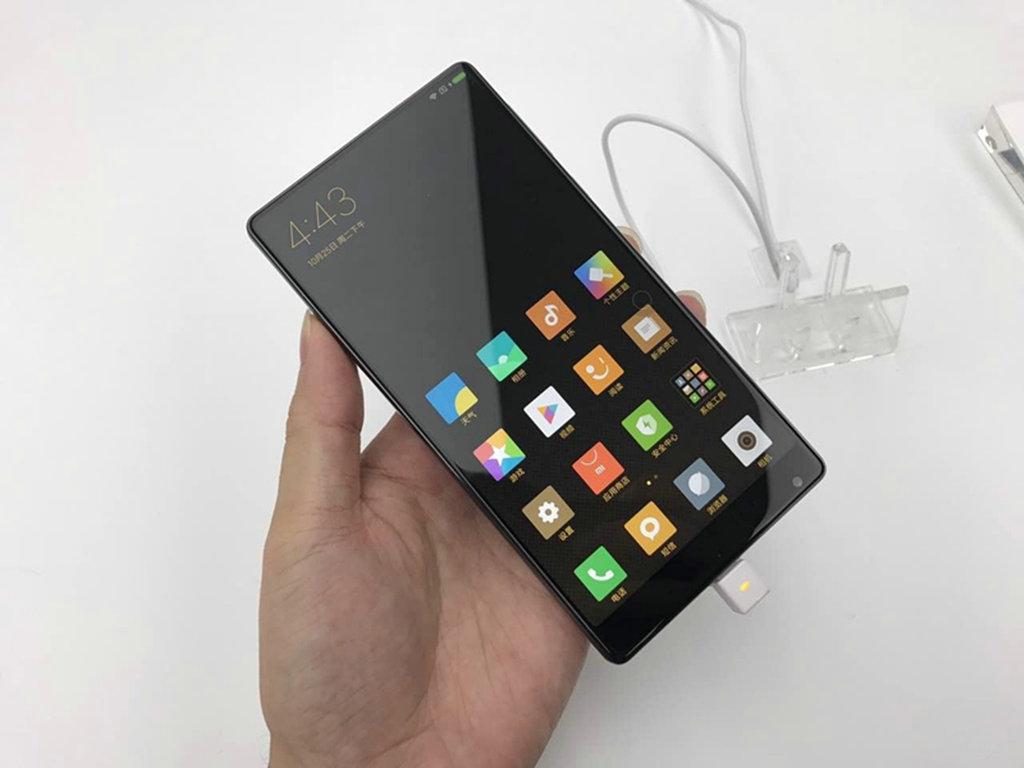 5d弧形玻璃和窄边框屏幕,屏幕下方有一个圆形的home键,与苹果十分相似