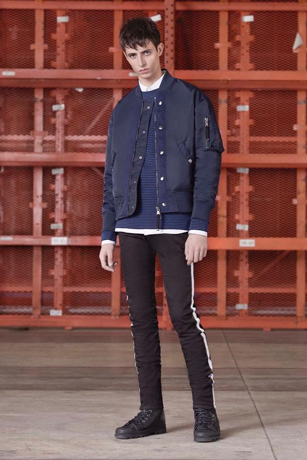 Diesel Black Gold推出了以运动为主题的2017早秋系列男装。来源于70年代的时装灵感,表达一种复古的感觉。机车夹克、双排扣海军外套、军装夹克,构成了英雄般硬朗的风格。但混搭着连帽运动衫与运动裤,色彩上除了海军蓝与黑色,还加入了紫红色与洋红色,柔和了硬性线条,多了运动的随性。