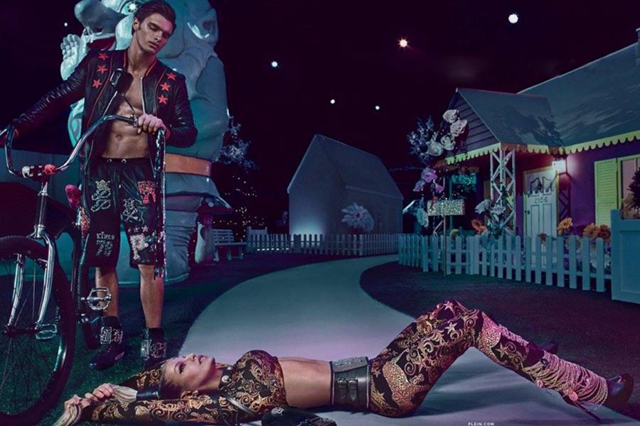 Philipp Plein邀请歌手Fergie与男模Matthew Terry合作推出2017春夏广告大片。在夜晚的游乐场,紫色的氤氲灯光与黑色的夜幕交相辉映,迷离梦幻,男女主角身着古怪的服装徘徊,一派异世界的场景。