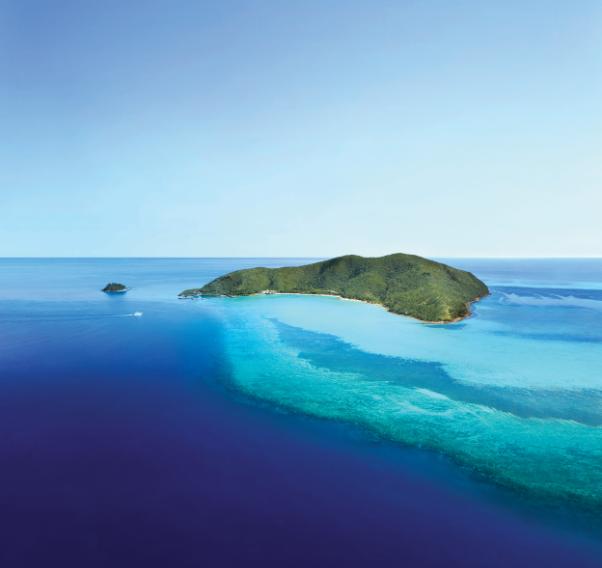 幽居于One&Only大堡礁海曼岛豪华度假村酒店,挑选一个午后间隙,在广袤的澳大利亚原始森林来一场徒步穿梭;待到在落日染尽海水时,与告别水花的珊瑚礁和蜉蝣会面,在璀璨的星空下品味正宗的海鲜拼盘;推开屋前的落地窗,与夜幕中的南十字星道晚安。