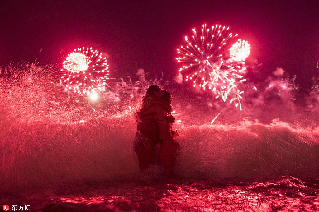巴西跨年活动可谓疯狂至极,焰火表演充其量算是热身活动,此外人们还会聚集在海滩上,一系列巨型舞台沿海搭建,新的一年就在彻夜不停的狂欢中悄悄到来。