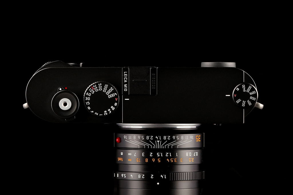 NO.2外观 徕卡M10采用了延续多年的莱卡M系列固定比例,高度:长度=1:0.618的黄金分割比例设计。M10机身仍旧采用黄铜材质,正面也保留了徕卡相机一贯设计风格,取景框、红色的徕卡标志、联动测距对焦框依次排列,看起来复古时尚,手握起来质感十足。