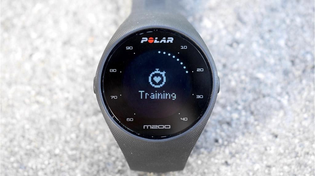 NO.4Polar M200  Polar M200 虽然外形不出众,但是属于低调耐用型的智能手表。此款手表没有触摸屏,只有外部两侧的两个按钮,右侧的可以进行多功能选择,包括训练、心率等选择。整体的续航能力不错,不必每次外出都充电,而且不用随身携带智能手表。