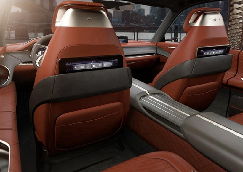 整体设计简洁复古,但是在内饰设计上却足够豪华。这款概念车的车内采用了22英寸的弯曲OLED液晶屏,该屏幕支持分屏显示,可以满足驾驶者和乘客分开使用,对于后排乘客,也会提供影音娱乐系统,满足不同乘客的不同需求。据悉,这套系统也可以根据用户的需求进行定制。
