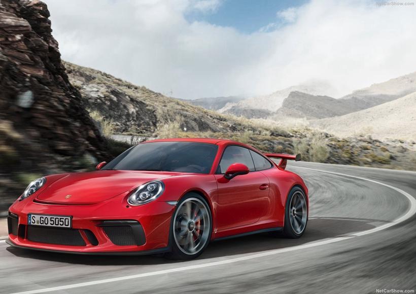 最讨好死忠派蛙迷欢心的部分,就是911 GT3再度提供六速手排的选项,给予热血的驾驶一个难以拒绝的理由。