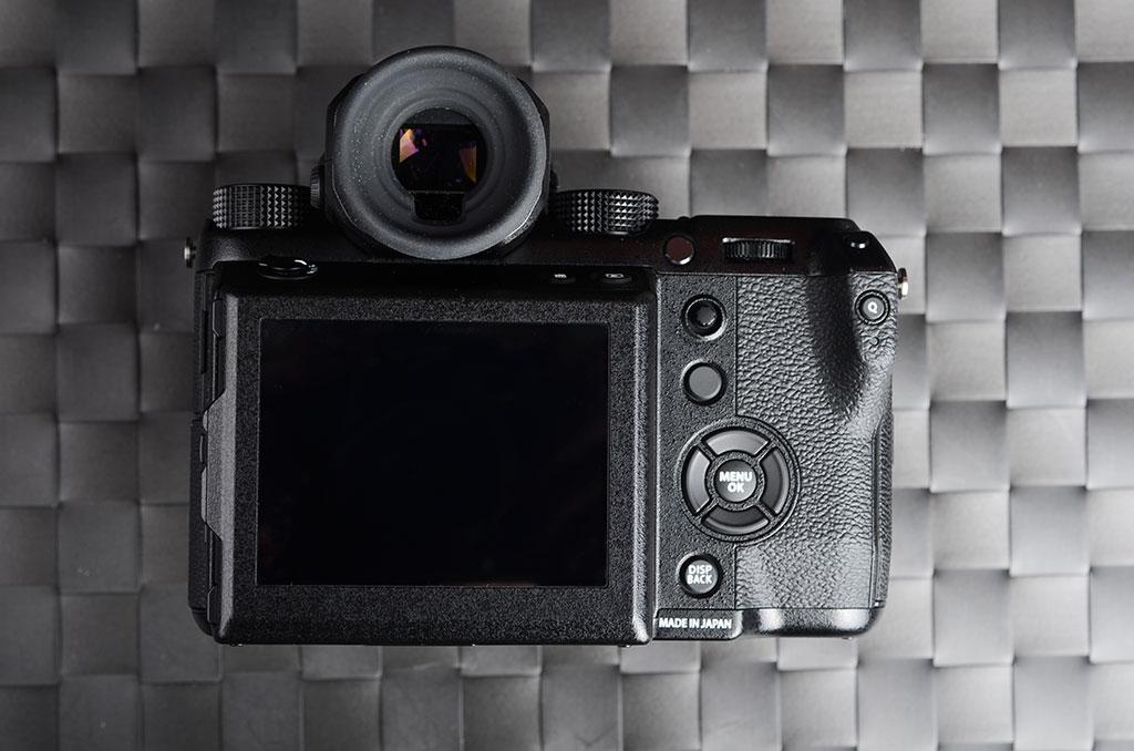 NO.1富士GFX 50S 在这次展会的现场,富士带来了很多款的镜头,其中包括F 32-63mm F4.0 R LM WR、GF 63mm F2.8 R WR和GF 45mm F2.8 R WR、GF 110mm f/2.0 R LM WR和GF 23mm F4 R LM WR。除了镜头外,富士GFX 50s也是主要的展示产品。富士GFX 50s是一款专业级的无反相机,定位高端摄影方面。此款相机配置的是5140万像素的中画幅CMOS传感器,可以提供清晰优质的拍摄效果。机身重量为740克,如此轻的重量,大大提高了他的便携性,特别适合外出使用。这款相机售价为4.6万元,虽然价格贵,但是依然是供不应求,可见其受欢迎程度。
