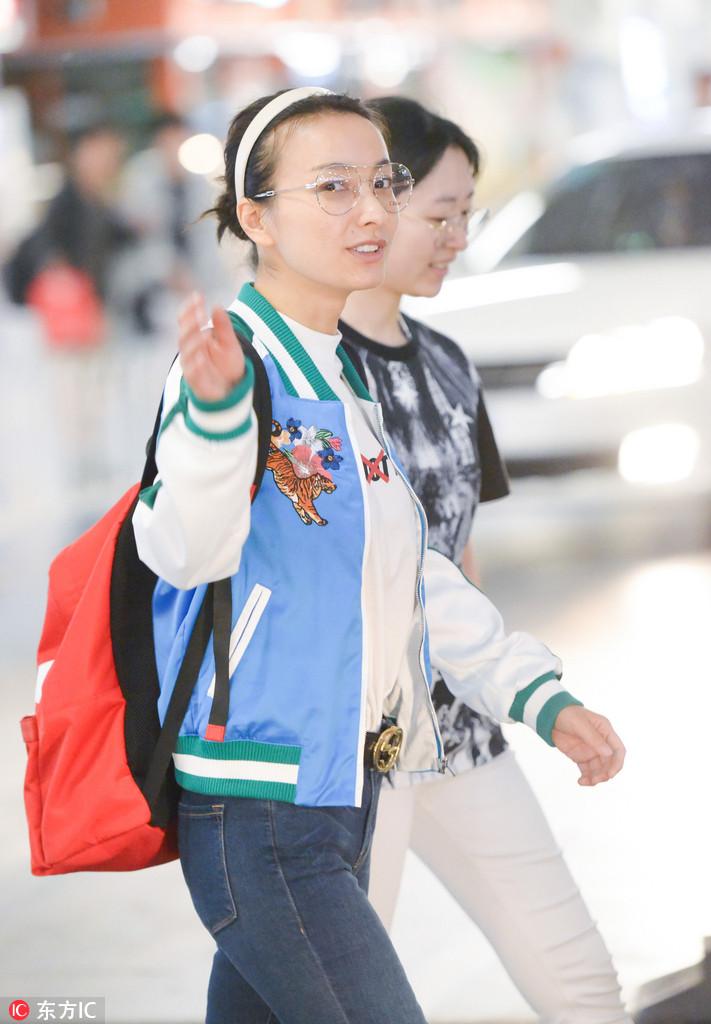 2017年5月16日,北京,吴昕现身机场。素颜的她,见到有粉丝拍照,急忙伸手整理起了头发,还频频向镜头打招呼,十分亲切。