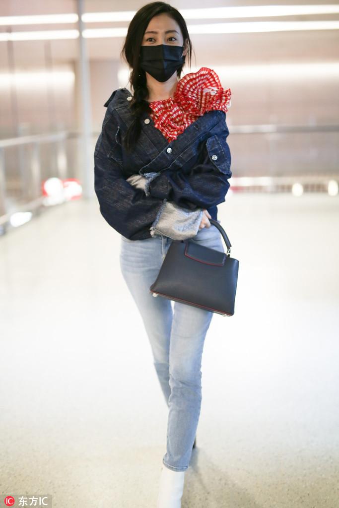 男人装杂志_张天爱牛仔外套配红色浮夸立花领 小白鞋搭牛仔裤LV手袋百搭 ...