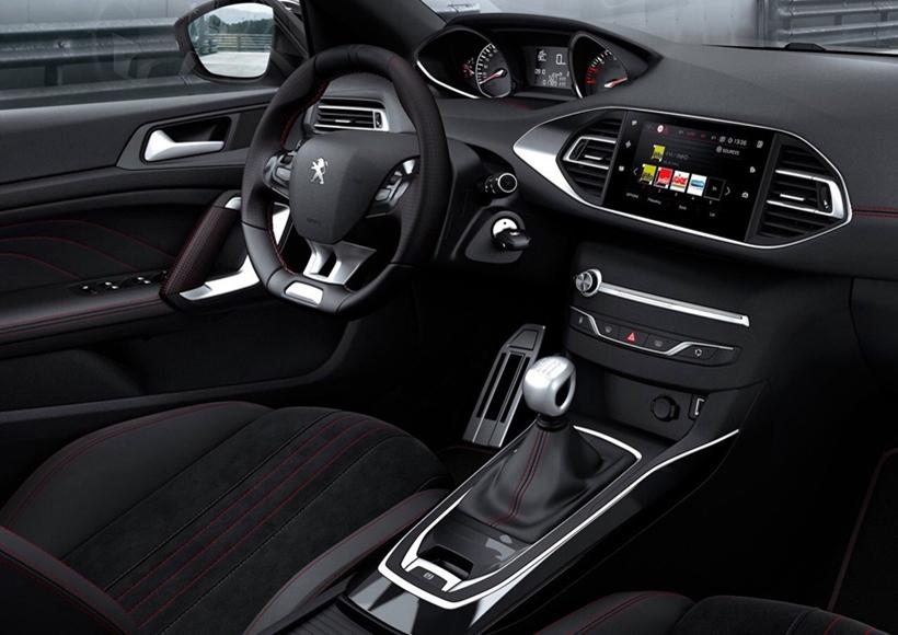 9.7寸集成触控屏幕,灵动多功能的真皮方向盘,方向盘的尺寸已经达到塞车级别,更融多种高科技手段于一身。
