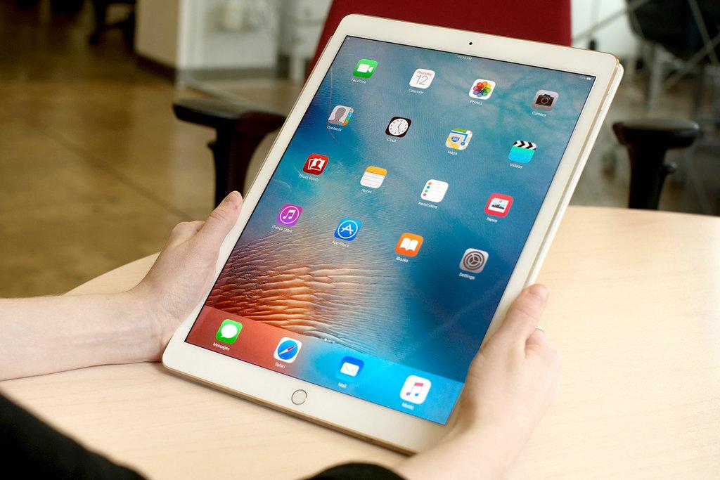 对于iPad Pro三款产品,10.5英寸款成功的弥补了市场上该尺寸的空白,在9.6和12.9英寸之间成为异军突起的销售支柱。首先,我们还是要提一下在使用过程中的确如苹果所宣扬的,将要把iPad Pro打造成为笔记本电脑的代替品。10.5英寸机身里,集成了苹果各类技术,纤巧身躯体现出高水平的音频、影像技术和源源不断的动力。