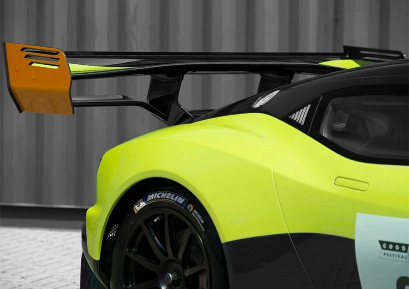 车尾方面,新车配备了一个大尺寸的尾翼,该尾翼能为新车提供4000Nm的下压力,相比于普通版的Vulcan提升了850Nm。此外,据官方介绍,新车的整体重心也有所调整,车辆整体的操控感比现款车型更好。