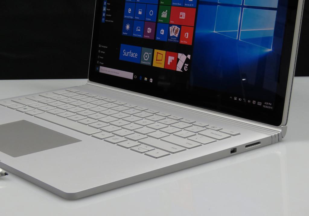 NO.2微软Surface Book Surface Book采用的是屏幕与外接键盘分离的设计,你既可以把它当做笔记本也可以当做是平板使用,这就是一物多用。这款笔记本的外观设计很不错,机身也更加轻薄,内部采用的是处理器有两种版本,分别是酷睿i5和i7。