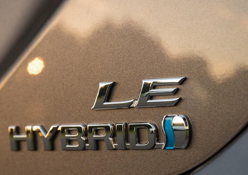 动力方面,将搭载丰田最新的2.5L发动机,传动方面将匹配8速自动变速箱,混动版车型也将继续供应,搭载一套2.5L汽油机和电动机组成的混动系统。