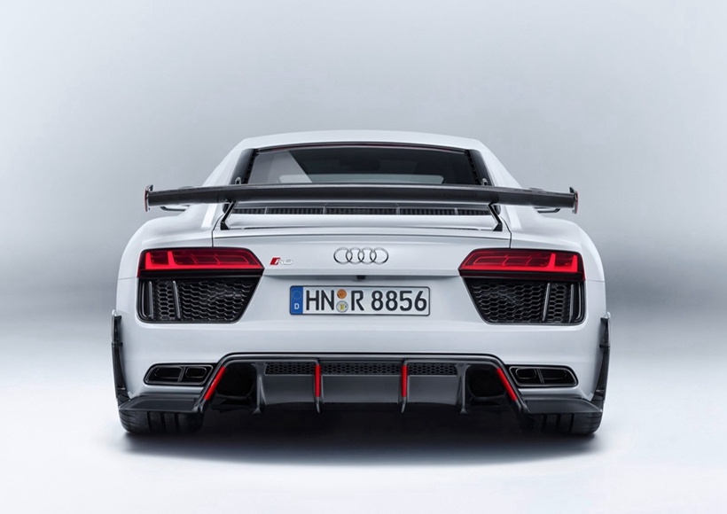 此外,新车还选用了全新造型的轻量化轮圈,同时提供钢制刹车盘以及质量更轻的碳纤维陶瓷混合刹车盘可选。