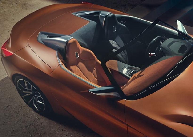 若从细节看来,Concept Z4的水箱护罩造型,与先前亮相的8系 Concept相当神似,在加大加宽的同时,除了致敬一代名车Z8外,也以相似鲨鱼头的设计带来相当存在杀气的笼统;前安全杠则是承继了M Power车型的3闸式气坝,没有过中央的进气口采纳V型设计,带来更为流线的感触。车侧的大型化Air Breather扰流鳍片,过去轮拱后方乘着2条锋利的钣件摺线奔流至后方,与大型化的鸭尾以及相当扁长的尾灯结合。