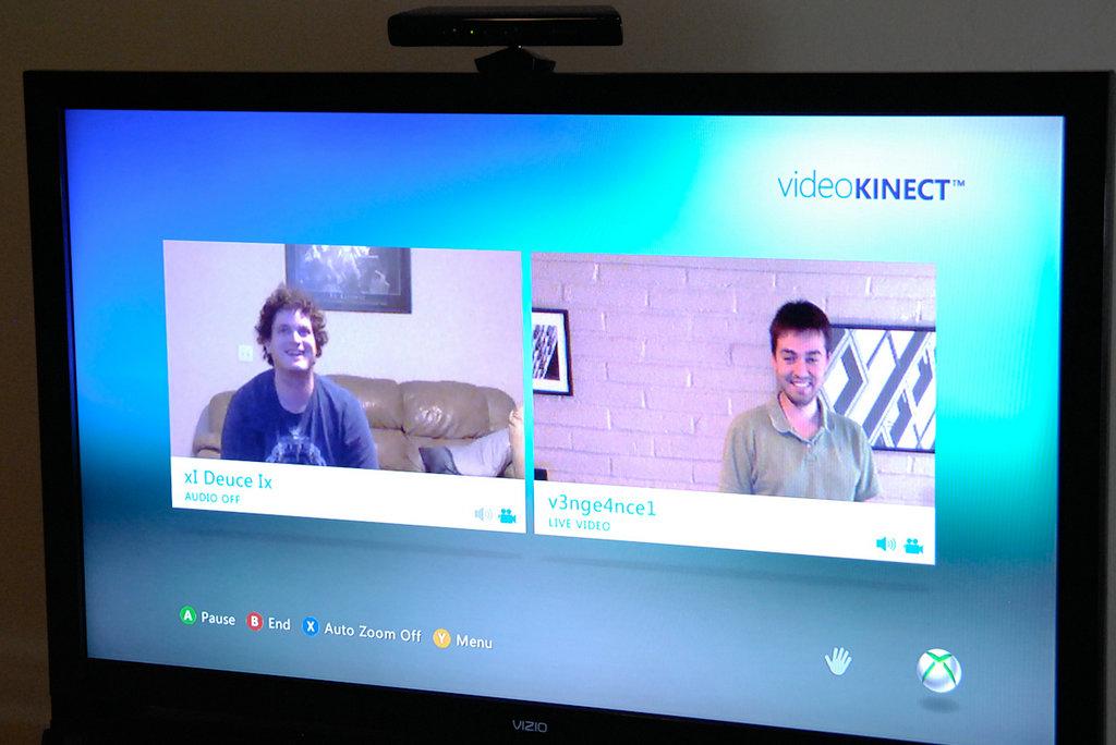 NO.5 Video Kinect on Xbox 对于狂热的游戏玩家来说,拥有了Xbox并没有结束,购买Kinect才是终极目标。而这个设备就为玩家提供了一个视频聊天的新手段。通过将Kinect连接到Xbox,实现体感控制的同时,下载Video Kinect应用,就可以进行视频聊天。当然,这一方式的先决条件是,对方也有同样的设备。