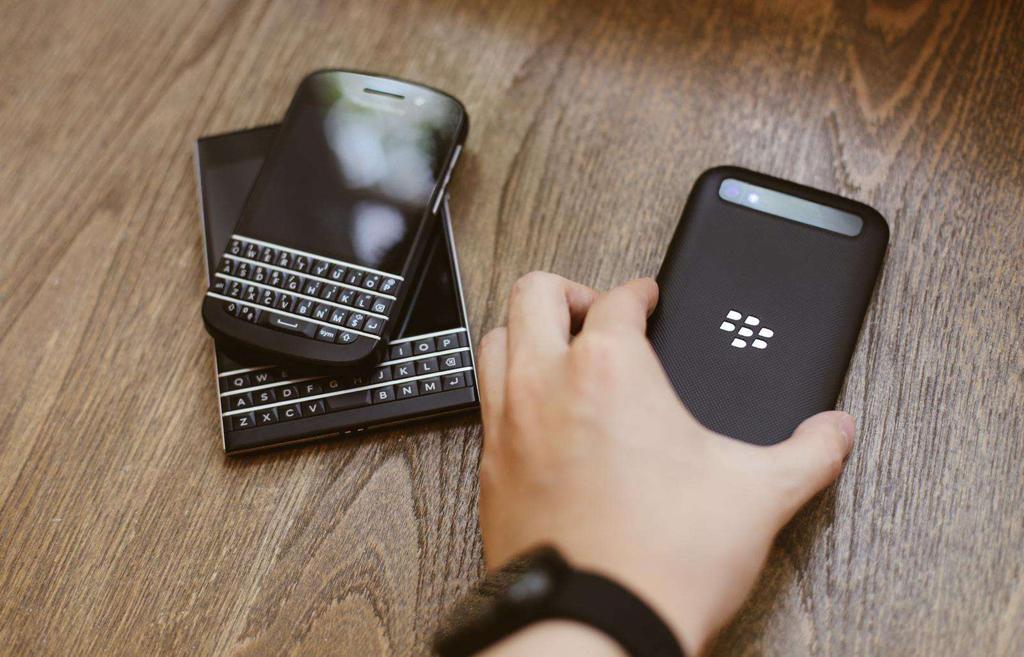 NO.3黑莓全键盘 虽然现在黑莓已经将手机品牌交给TCL负责,但是它曾经是美国总统御用的手机,在手机市场上也是如日中天。而且在全屏幕盛行当下,依旧坚持全键盘手机,坚持使用QWERTY物理键盘。QWERTY物理键盘具有输入正确率高的特点,而且全键盘手机的定位是商务人士。不过最终还是要跟上潮流。