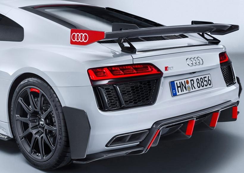 前不久,在西班牙的品牌峰会上,奥迪发布了一款R8performance parts套件版车型。乍看之下,外表与普通版车型无异,细细观察才能感受到它的与众不同之处。