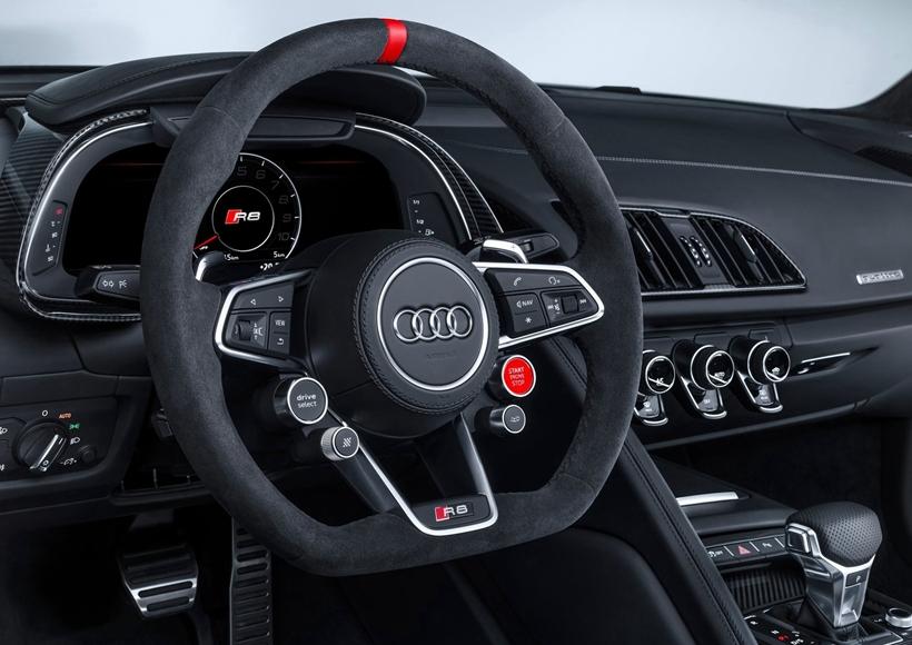 尾部方面,新车采用了赛车的设计风格,装配了大尺寸的后扰流板及造型夸张的后扩散器。 套件上的大费心思让这款R8在大会更具特色、运动更快,也赚足了众人的目光。