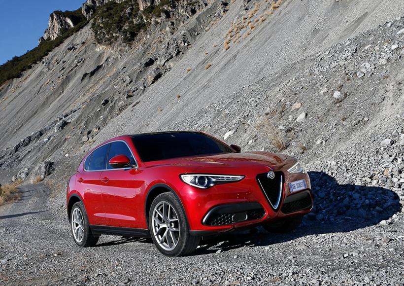 阿尔法罗密欧的外形设计一向以干净、绷紧的线条为主,新的阿尔法罗密欧Stelvio SUV由于精湛的Q4四轮驱动,即使在恶劣的天气条件下也具有敏捷性和良好的操纵性,驾驶者即使在低抓地力的地形上也可以依靠卓越的性能实现平稳驾驶。