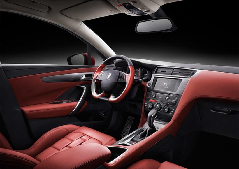 DS4S车尾设计简洁饱满,流线缓降设计弥补了两厢车过于年轻的特点,增添一丝沉稳与奢华。一体式扰流尾翼带来更优的风阻系数,同时提升了车辆高速行驶稳定性。