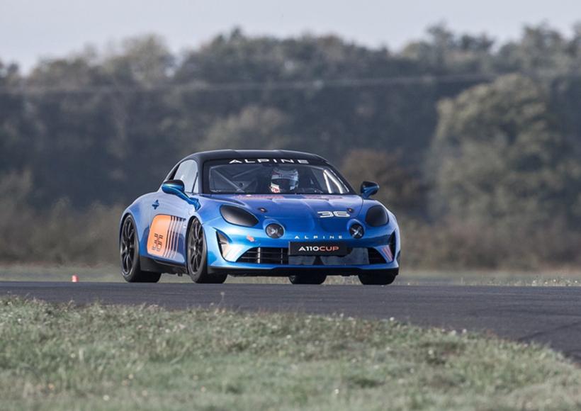因为考虑到驾驶Alpine A110 Cup Racecar·极有可能是并不具有赛车经验的人,因而设计者们为它配备了一个精确的底盘和一个270hp的发动机,从而保证了它的高安全性和高性能。