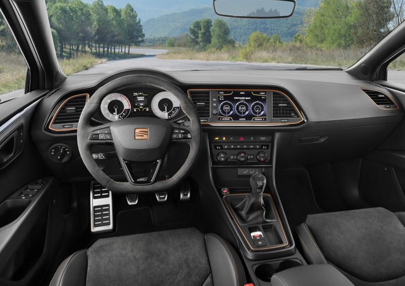 Seat Leon Cupra R全球限定共799台,而这为数不多的车辆中,还分为两个类型。其中300台采用的是熟悉的300 PS 2.0 TSI发动机和6速DSG变速箱,剩下的499台则采用了6速手排。而在车辆内部的控制台上刻有序列号,以此来记录它的独一无二。