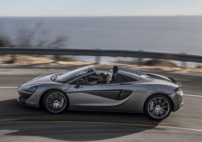 颜值超高的570S Spider是一款在英国工厂进行全手工组装的汽车,它的超高品质就如同一件艺术品一样,精美绝伦,堪称为史上最成功的McLaren Spider。它的车顶采用了折叠式硬顶,当它以40km/h的速度行驶时,敞篷可以在15秒之内实现开合。
