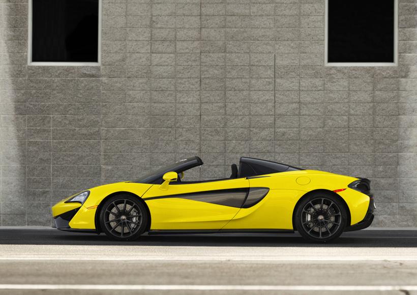 McLaren 570S Spider的最高时速为328km/h,在打开顶蓬时,最高时速也能达到315km/h,可以让驾驶者畅享飞速行驶的快感。