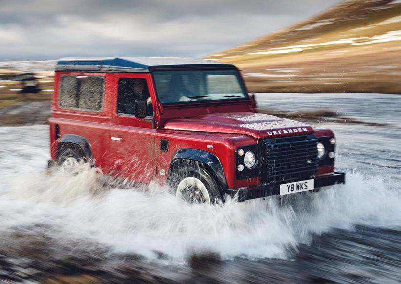 从外形上来看,Land Rover Defender Works V8与普通版的Defender相差无几,换装的Led大灯和18英寸双色轮圈添加了几分与时俱进的现代气息。前翼子板和车尾右侧的专属徽章也体现了它致敬经典的别致心思。