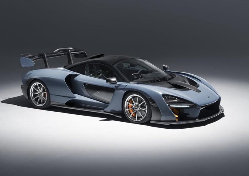 McLaren Senna的造型十足前卫、夸张,具有蓄势待发的强烈攻击性,有种君临天下的霸气之感,足够打眼的大灯组看上去炯炯有神,在夜晚开启时,更是以其醒目的视觉效果让吸睛指数达到满分。侧身传统而优雅的蝴蝶门设计,配以透明玻璃门,让它的每一处细节也富有质感,十分讨喜。