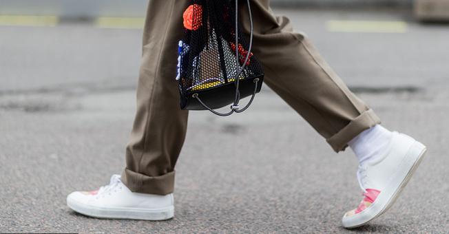 你可能把小白鞋穿成了运动鞋