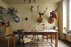 厨房里的家具都很古老,墙上还挂着各种奇异的动物装饰:鹿、独角兽和有着长耳朵的野兔。