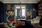 """阅读室在客厅一旁,从这里可以直接透过客厅的窗户看到室 外的景色,营造出一种属于巴黎的""""海景""""效果。而门框将一匹真实比 例大小的拼布装饰马截断成了两部分,成为整个空间的视觉重点。"""