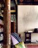 卧房垂挂着一盏硕大的红白色西洋吊灯,白墙上落了它的影子。