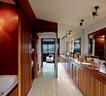 与主卧室连通的浴室和步入式衣帽间,运用了酷似酒店的设计风格。