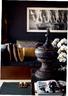 主人的诸多艺术品收藏都与佛教文化有关,它们零星地散落在屋子的各个角落,为心灵和情绪带来一种净化。纯白、巧克力棕、灰褐、橄榄灰和暖黑色作为整栋公寓的主色调贯穿始终,这个角落仿佛全家调色盘的缩影。