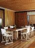 六人餐桌正好三对夫妇围桌用餐畅谈,餐桌位于客厅后面,与厨房相连,推拉门令每个空间都可以自行独立,也可以打开互相连通。萨夫雷夫人别墅的建筑风格是对传统海岛建筑进行了十分现代化的演绎,但与最常见的殖民地式装修风格截然不同。