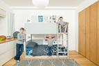二儿子和小儿子的卧室,设计师心思巧妙地利用高低床和地毯的暖灰色给房间搭好背景色,无论孩子在地上堆满多少颜色绚烂的玩具,这个房间仍将艺术范儿十足。