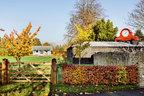 徜徉于建筑和花园之中,随处可以看到为这里量身定制的雕塑和装置,拉近了艺术与人与自然的距离。网球场在一片绿荫环绕之中,远处是Richard Woods设计的乒乓球馆,近处谷仓屋顶上的红色大钟也来自这位英国设计师。